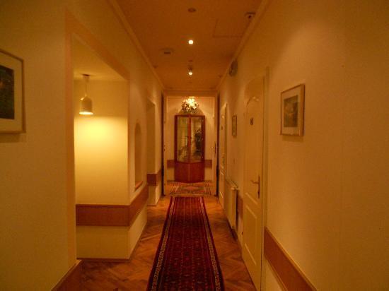 Marc Aurel: Hallway on Rooms Level