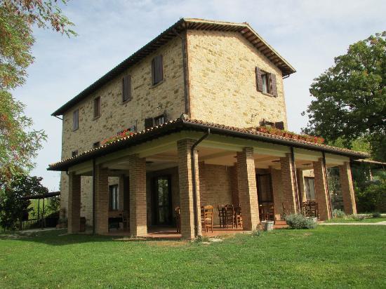 Agriturismo La Corte del Lupo: Restored farmhouse in wonderful setting 
