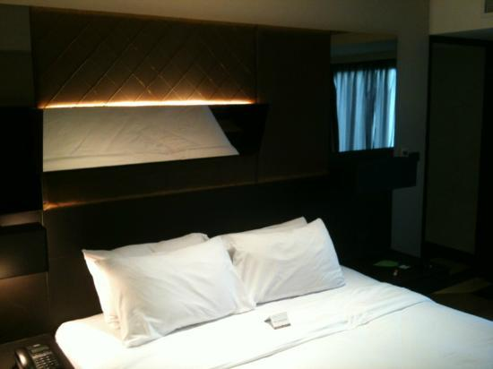 Golden Tulip Mandison Suites: Tilted mirror on top of bed for ''wild'' times