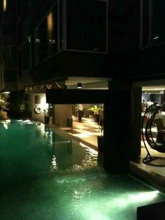 Golden Tulip Mandison Suites: Noight view of the pool area