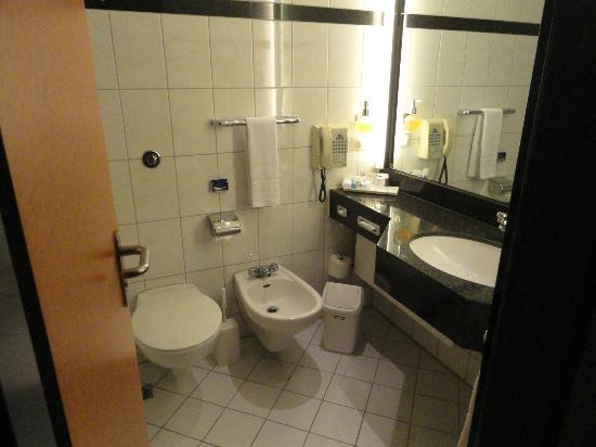 Maritim Hotel Frankfurt: Bathroom and amenities.