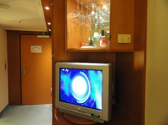 Maritim Hotel Frankfurt / Main: TV set and mini bar.