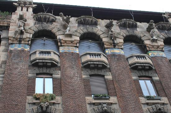 Palazzo Berri-Meregalli: fila degli angeli (superiore) e delle facce del diavolo (inferiore)