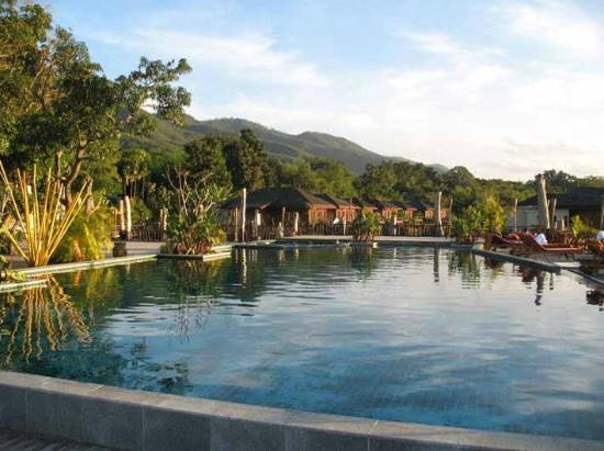 Aureum Palace Resort & Spa Inle : early morning pool side