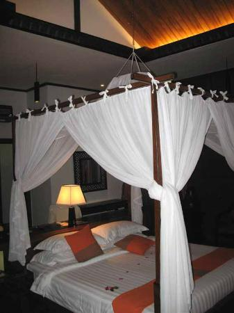 Aureum Palace Resort & Spa Inle : free standing kingsize bed with mosquito net