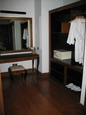 Aureum Palace Resort & Spa Inle: dressing area