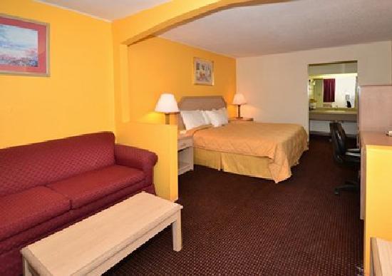 Rodeway Inn & Suites: Queen suite with sitting area