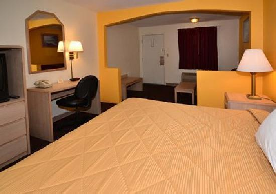 Rodeway Inn & Suites : Spacious suite with sofa sleeper