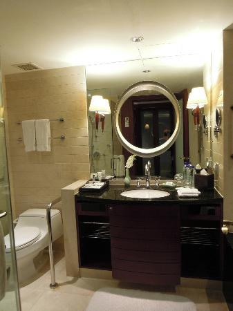 JW Marriott Hotel Shanghai at Tomorrow Square: Bathroom is clean and looks new