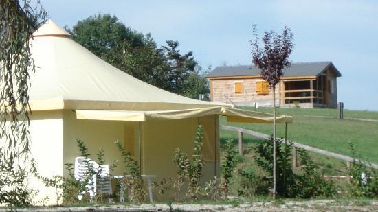 Camping du Lac de Bonnefon: Bungatoile avec sanitaire et chalet PMR