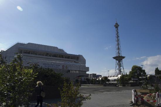 Ibis Berlin Messe : Quartiere fieristico, Torre della radio accanto all' Hotel Ibis