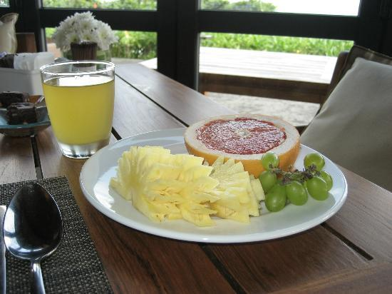 Hansar Samui Resort: Fresh fruit & natural, fresh squeezed pineapple juice