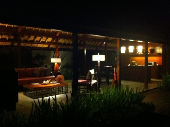 Kayumanis Jimbaran Private Estate & Spa: lidi villa living room at night