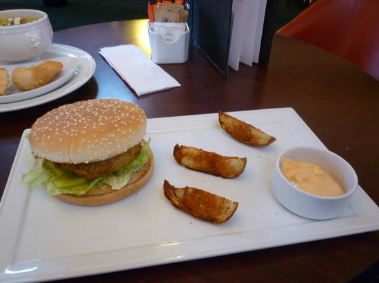 Britisserie Restaurant: Hilton Beanburger with a garnish of chips!