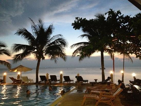 Lanta Palace Resort & Beach Club: het zwembad om 18:45