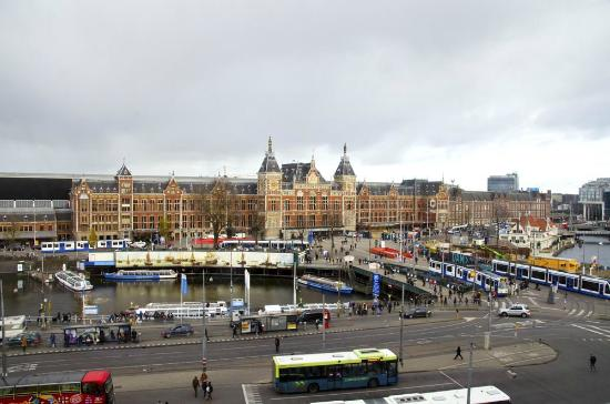 Park Plaza Victoria Amsterdam: The Centraal Station as seen from our romm