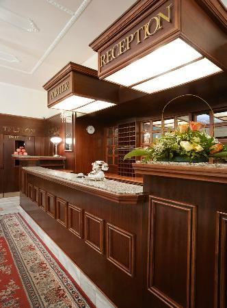 Gala Hotel Excelsior: Reception Desk
