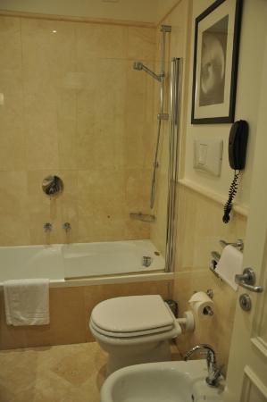 Hotel Palazzo Decumani: Baño habitación superior