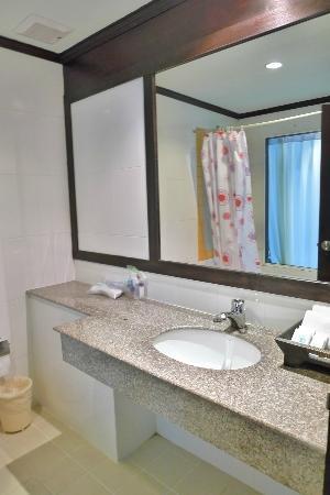 APK Resort & Spa: Mirror in bathroom