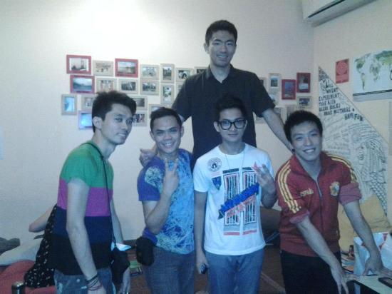 Pillow Talk Backpacker's Hostel: Very Kind and friendly staffs :) I am the one in the middle wearing eyeglasses ..haha
