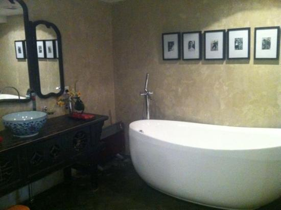 Hotel Cote Cour Beijing: Beautiful bathroom and bath tub