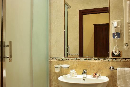 https://media-cdn.tripadvisor.com/media/photo-s/03/33/e6/e6/esposizione-hotel.jpg