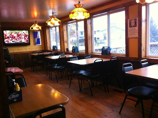 Mogul's Sports Pub & Restaurant: Cozy dining and football on the big screen