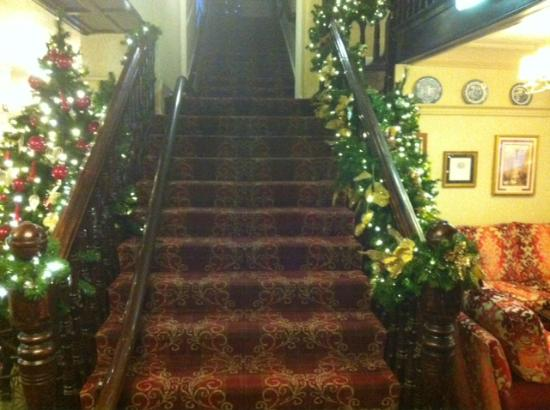 The George Hotel: Christmas dec-ed Staircase
