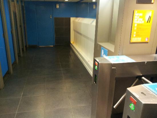 B4 Lyon: El Baño del Centro Comercial (Pague para entrar) 50 c