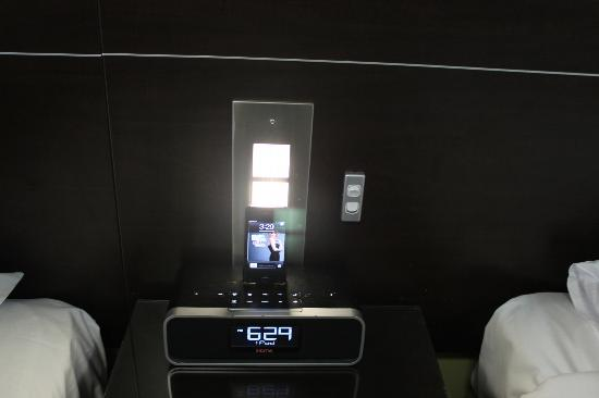 Hyde Park Inn: A ipod/iphone player for playing music and charging
