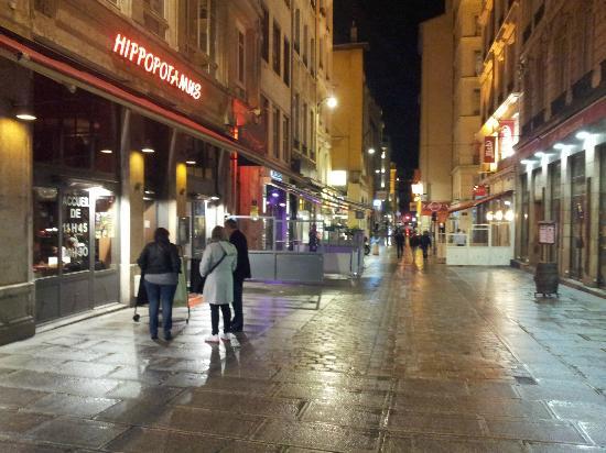 B4 Lyon: Restaurante en el Área local