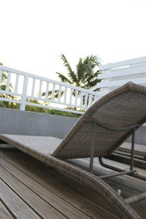 Mon Choisy Beach Resort: Terrasse et transats