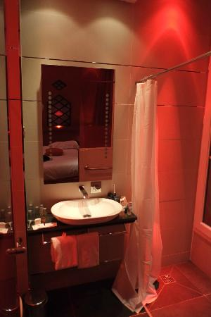 Hotel Design Secret de Paris: Moulin Rouge Bath Room