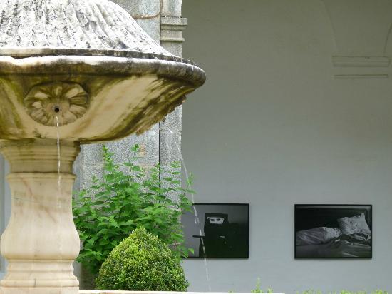 Hotel Convento de Sao Paulo: dans le cloitre : une expo de photos contemporaines