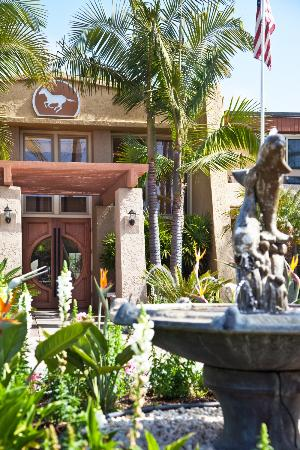 Winners Circle Resort: Resort Entrance and Fountain
