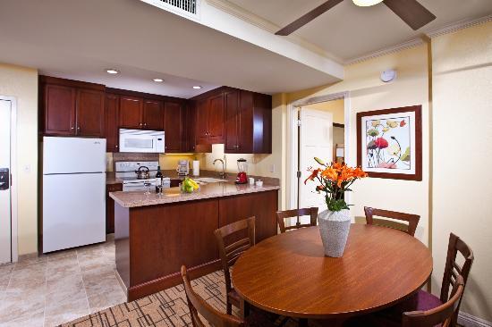 وينرز سيركل ريزورت: Kitchen and Dining Area in a Two Bedroom Suite