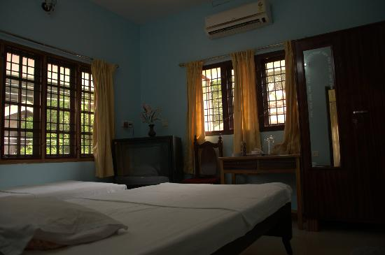 Daniels Homestay : Bedroom 2 - beautiful windows and plenty of natural light.