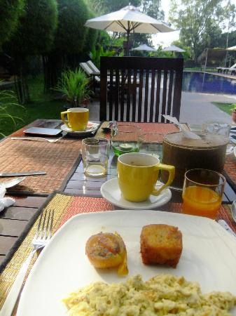 The Pool and Palm Villa: Breakfast by the pool