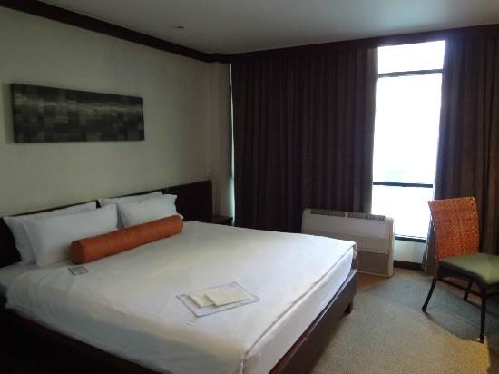 City Lodge Soi 9: Big room with fluffy pillows!