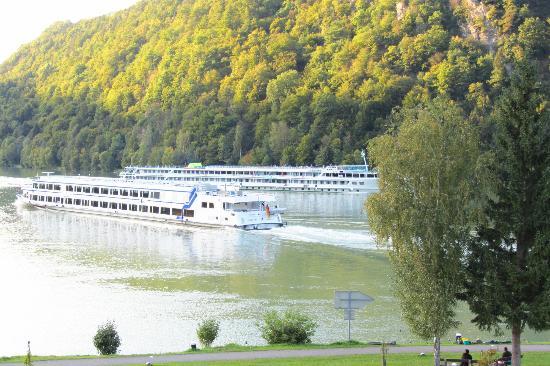 Hotel Donauschlinge: Cruise boats on the Schlogen Curve