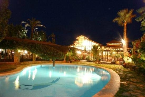 Hotel Tropicana: Restaurant & Swimming pool