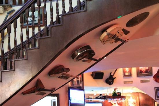 Hard Rock Cafe : Guitarras abaixo da escada