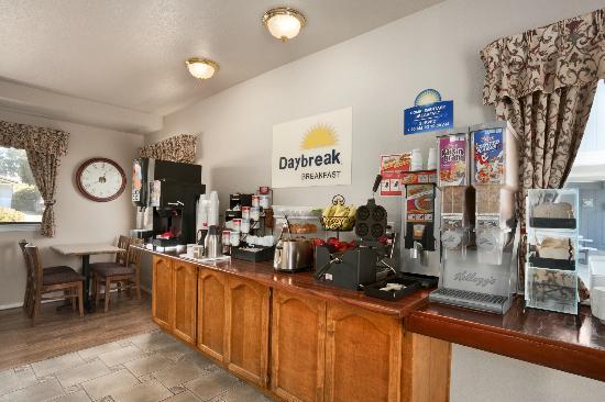 Days Inn Morro Bay : Continental Breakfast Bar.
