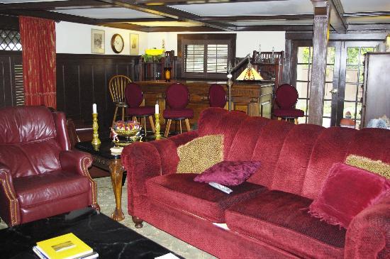 Cedar Gables Inn: Pub