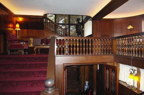 Cedar Gables Inn: Stairway Landing
