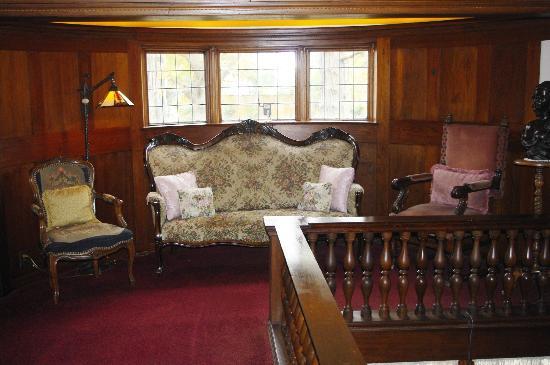 Cedar Gables Inn: Stairway Landing Sitting Area