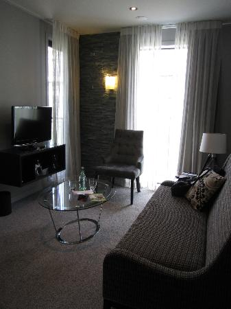 DoubleTree by Hilton Hotel Queenstown: Living area in my room