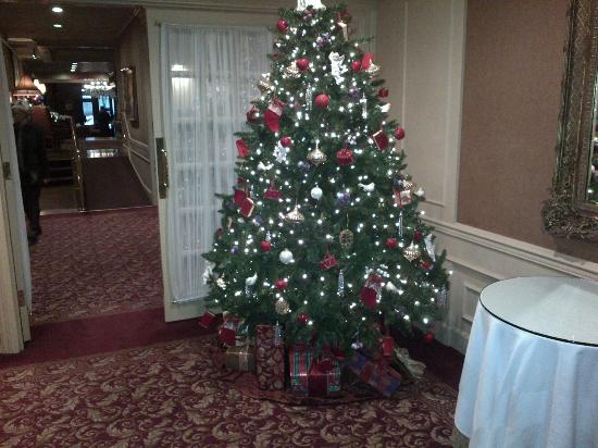 Wedgewood Hotel & Spa: Christmas Tree at the Entrance