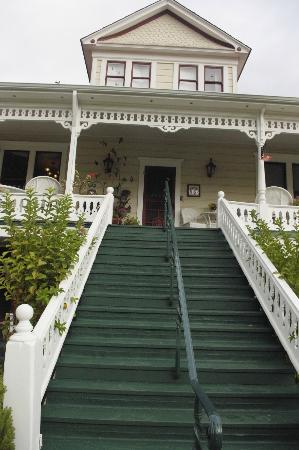 The Raford Inn Bed and Breakfast: Front Steps