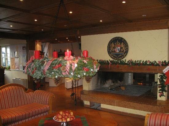 Riessersee Hotel Resort: The Lobby is well decorated for Christmas